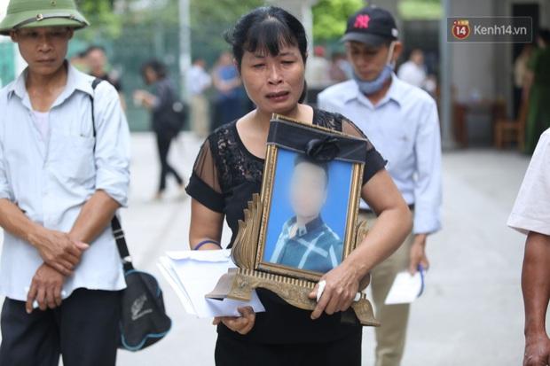 Hoãn phiên xử vụ nam sinh chạy Grab bị sát hại ở Hà Nội, mẹ và chị gái nạn nhân thất thần ra về - Ảnh 1.