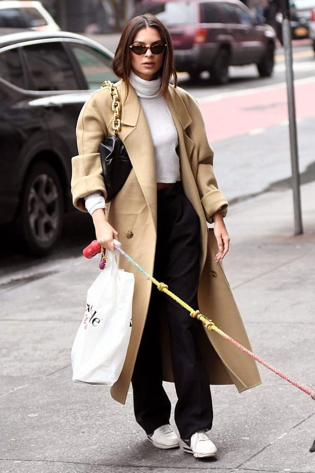 Bất chấp đụng túi hot trend với Song Hye Kyo, Ngọc Trinh vẫn hút mắt quá chừng khi lên đồ trendy khoe body thần thánh - Ảnh 8.