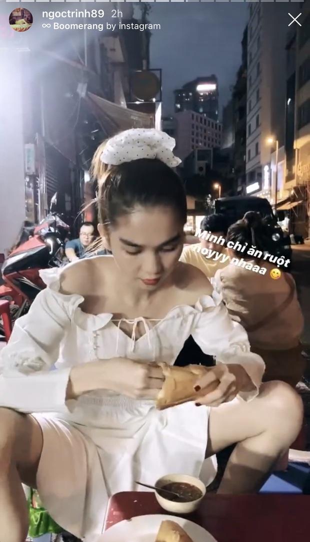 Ngọc Trinh hồn nhiên ngồi ăn ở vỉa hè với tư thế cực thoải mái, tiết lộ thói quen ăn bánh mì rất dị nhưng rất nhiều người cũng có chung sở thích - Ảnh 3.