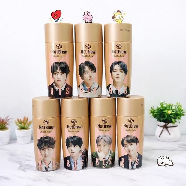 """Giờ mới biết có hẳn bình cafe """"cộp mác"""" các thành viên BTS được bán trên toàn cầu, hàng xách tay tại Việt Nam có giá siêu rẻ - Ảnh 1."""