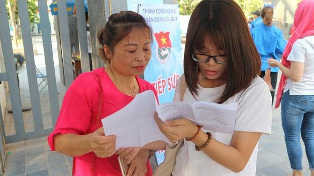 Cuộc đua vào lớp 10 THPT tại Hà Nội tăng nhiệt sau khi tỉ lệ chọi được công bố - Ảnh 1.