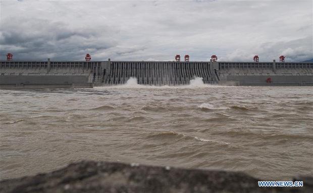 TQ thừa nhận đập Tam Hiệp đã xả lũ khi 14 triệu dân đang phải oằn mình hứng chịu ngập lụt nặng nề - Ảnh 2.