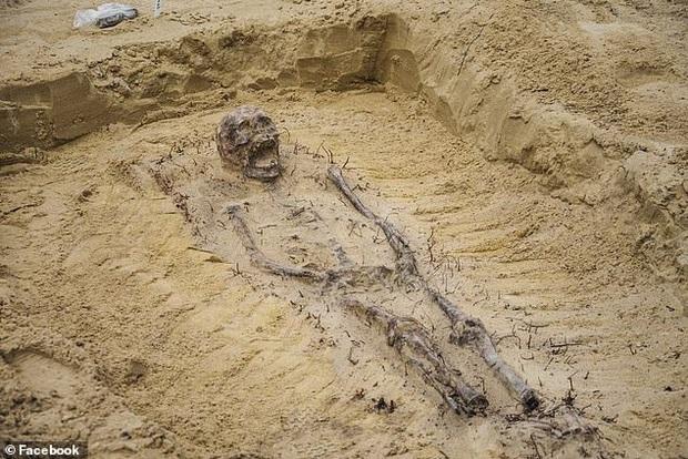 Xới đất làm đường cao tốc, công nhân xây dựng phát hiện hài cốt gần 100 đứa trẻ, kỳ lạ hơn là thứ được tìm thấy trong miệng chúng - Ảnh 4.