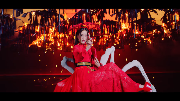 """Những chi tiết bị bỏ quên trong How You Like That: Rosé bị thương là do tai nạn từ Kill This Love"""", MV debut của BLACKPINK cũng có liên quan? - Ảnh 16."""