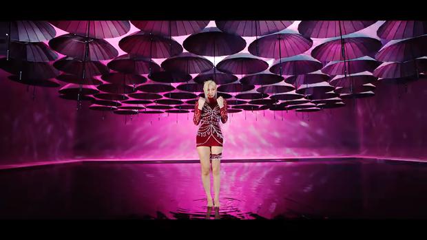 """Những chi tiết bị bỏ quên trong How You Like That: Rosé bị thương là do tai nạn từ Kill This Love"""", MV debut của BLACKPINK cũng có liên quan? - Ảnh 15."""