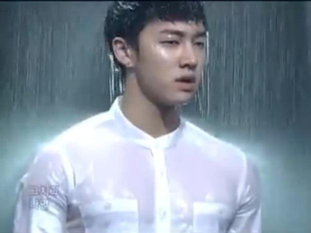 Khi idol Kpop biểu diễn dưới mưa: Người có sân khấu huyền thoại, kẻ thu về một đống meme hài hước được fan tích cực nhai đi nhai lại - Ảnh 15.