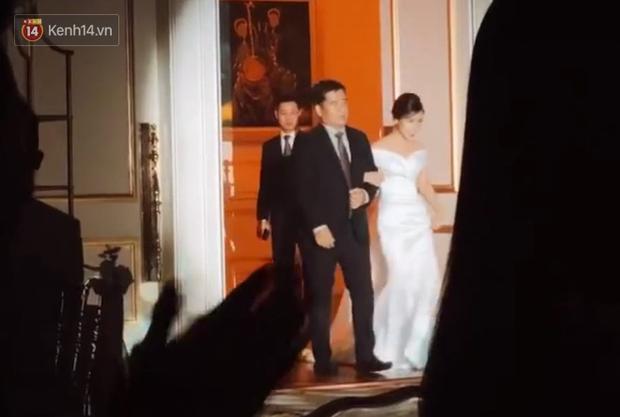 Xúc động khoảnh khắc cô dâu Viên Minh mặc váy cưới, khoác tay cha trước khi chính thức thuộc về Công Phượng - Ảnh 2.
