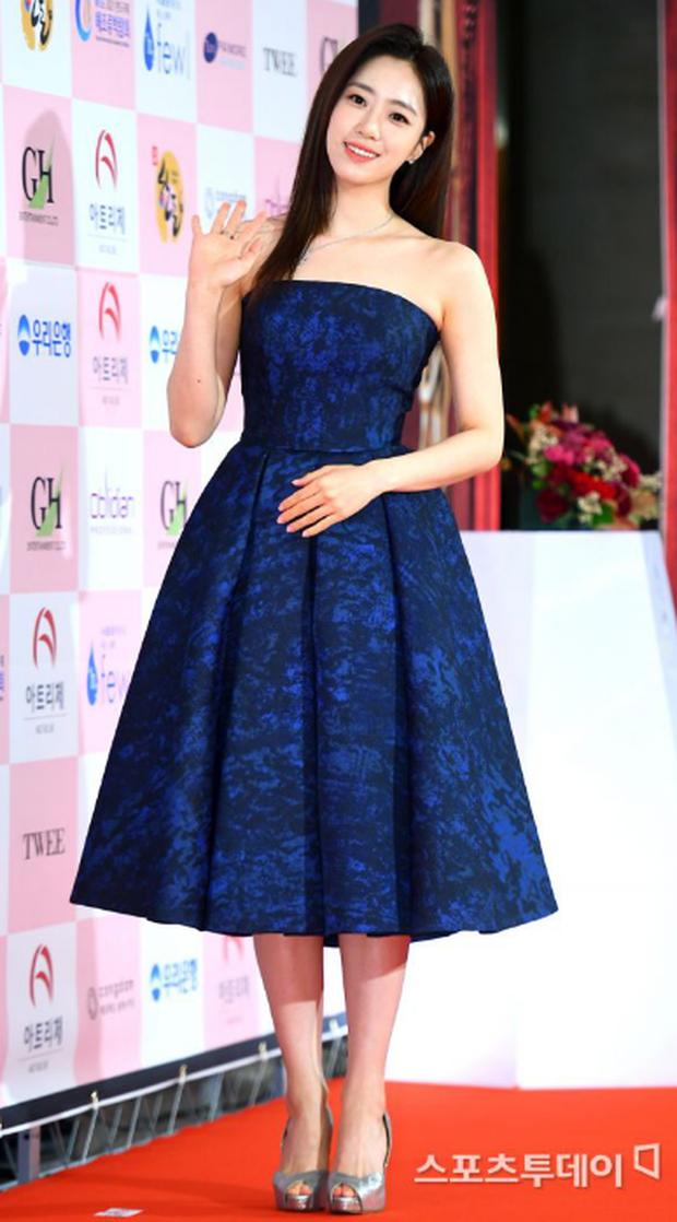 Thành viên T-Ara chăm chú theo dõi Park Bom trình diễn đầy nội lực dù mặt sưng phồng, nhìn vào ánh mắt thôi cũng làm netizen cảm thấy bình yên - Ảnh 4.