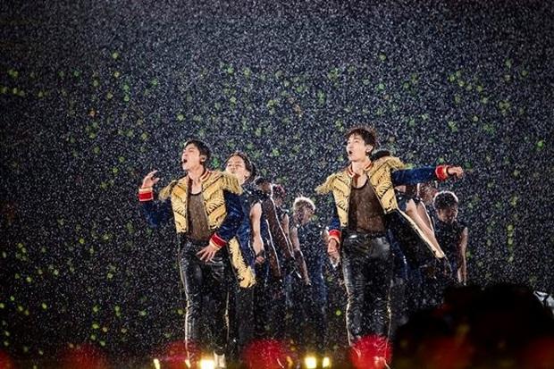 Khi idol Kpop biểu diễn dưới mưa: Người có sân khấu huyền thoại, kẻ thu về một đống meme hài hước được fan tích cực nhai đi nhai lại - Ảnh 2.