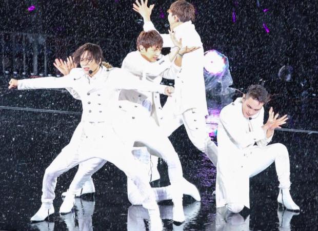 Khi idol Kpop biểu diễn dưới mưa: Người có sân khấu huyền thoại, kẻ thu về một đống meme hài hước được fan tích cực nhai đi nhai lại - Ảnh 9.