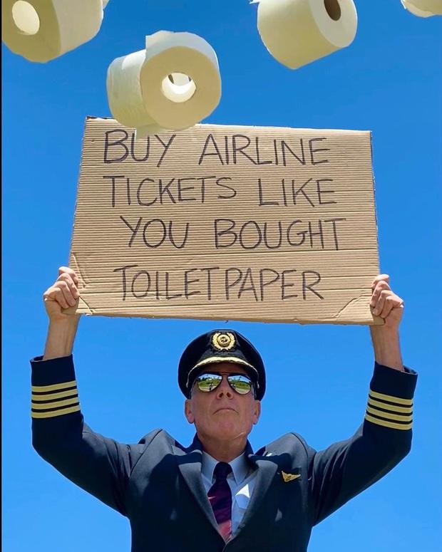 """Bức ảnh phi công cầm biển """"Hãy mua vé máy bay như bạn mua giấy vệ sinh"""": đằng sau sự ví von hài hước là nỗi buồn của hàng triệu người - Ảnh 1."""