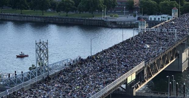 Hàng ngàn người gây tắc nghẽn cây cầu dài hơn 400m khi cùng nằm xuống mô phỏng tư thế của George Floyd bị cảnh sát ghì chết - Ảnh 1.