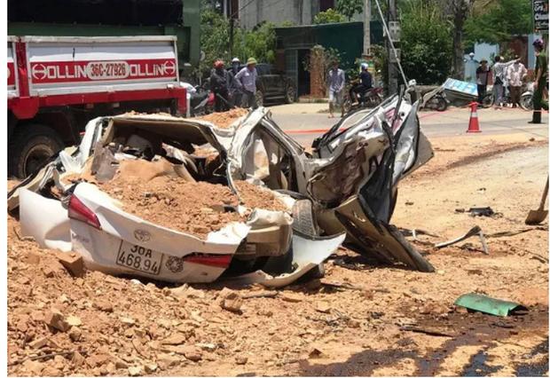 Thanh Hóa: Xe ben lật đè bẹp ô tô con, 3 người tử vong, một cháu bé bị thương nặng - Ảnh 1.