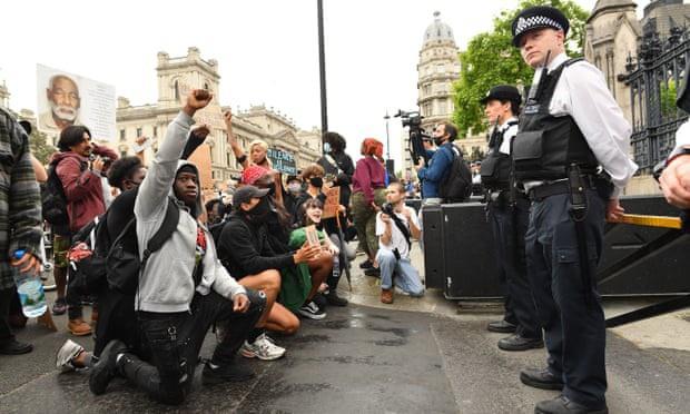 Hàng chục nghìn người Anh biểu tình chống bạo lực và phân biệt chủng tộc - Ảnh 1.