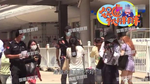 Tranh cãi nảy lửa clip Lý Hiện gào thét, nổi giận hét vào mặt fan tại sân bay khiến người hâm mộ hoảng sợ, chạy tán loạn - Ảnh 4.
