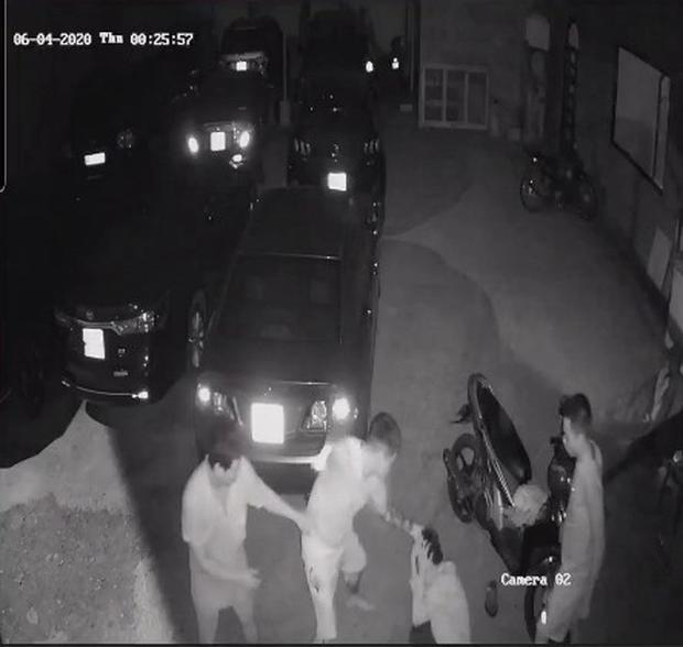 CLIP: Chủ quán mì cay ở Cần Thơ bị 2 thanh niên đánh đập tàn nhẫn - Ảnh 4.