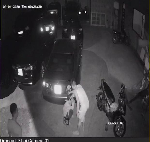 CLIP: Chủ quán mì cay ở Cần Thơ bị 2 thanh niên đánh đập tàn nhẫn - Ảnh 5.