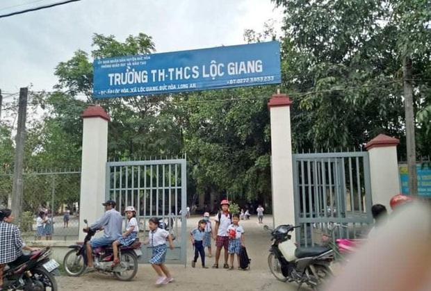 Phụ huynh cầm mũ bảo hiểm đánh gục cô giáo tại lớp học bị phạt... 2,5 triệu đồng - Ảnh 1.