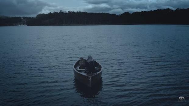 Bức ảnh đang viral nhất MXH hôm nay: Ai không chịu khó xem MV liệu có nhận ra Sơn Tùng M-TP, Chi Pu và Hoà Minzy đang chèo thuyền cứu Đen Vâu? - Ảnh 2.