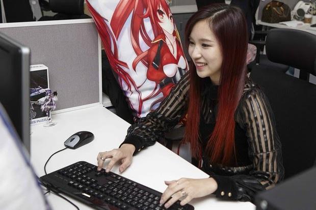Chịu chơi như nữ idol Mina (Twice), đầu tư hẳn dàn PC cực xịn để rảnh tay thì cày game - Ảnh 1.