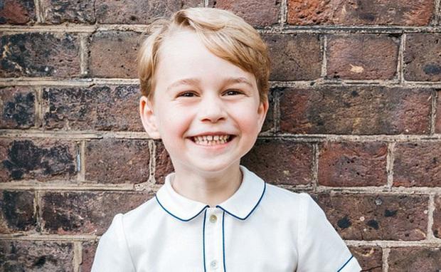 Những gương mặt nhí sinh ra đã đội vương miện trên đầu: Hoàng tử Anh đông fan từ bé, Hoàng tử Nhật lại không phải con trai của Thiên Hoàng - Ảnh 1.