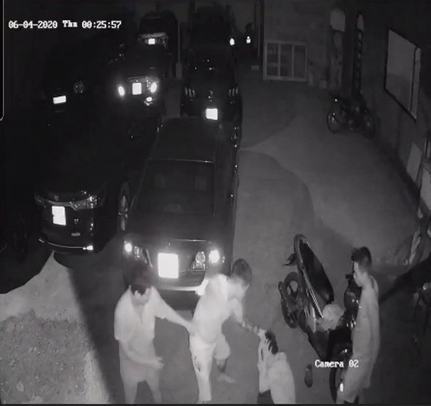 CLIP: Chủ quán mì cay ở Cần Thơ bị 2 thanh niên đánh đập tàn nhẫn - Ảnh 6.
