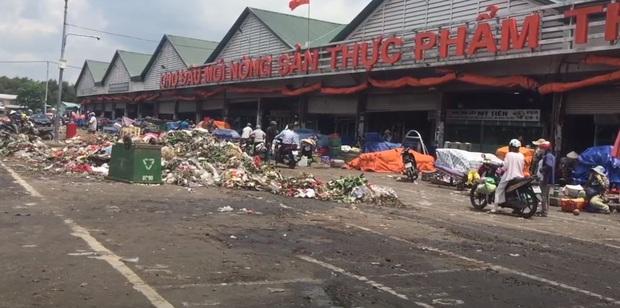 Chợ đầu mối Thủ Đức: Chợ nông sản nhưng được bao quanh bởi rác - Ảnh 1.