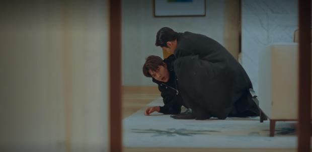 Phát hãi vì bệ hạ bất tỉnh, Jo Yeong phũ phàng cấm cửa Tae Eul vì nghi cô âm mưu hạ độc ở tập 14 Quân Vương Bất Diệt? - Ảnh 1.