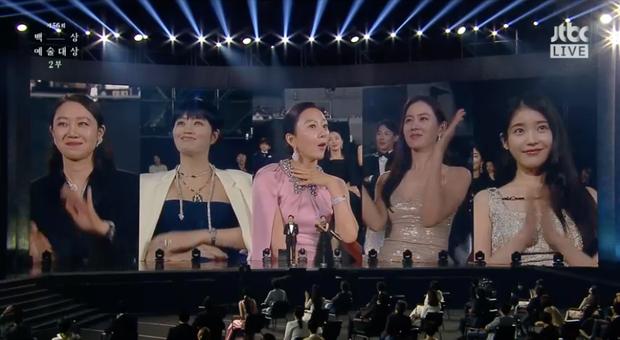 3 khoảnh khắc hot nhất Baeksang 2020: Son Ye Jin bận kẻ chân mày không muốn tiếp Jung Hae In,  IU chung mâm cùng đàn chị đình đám - Ảnh 1.
