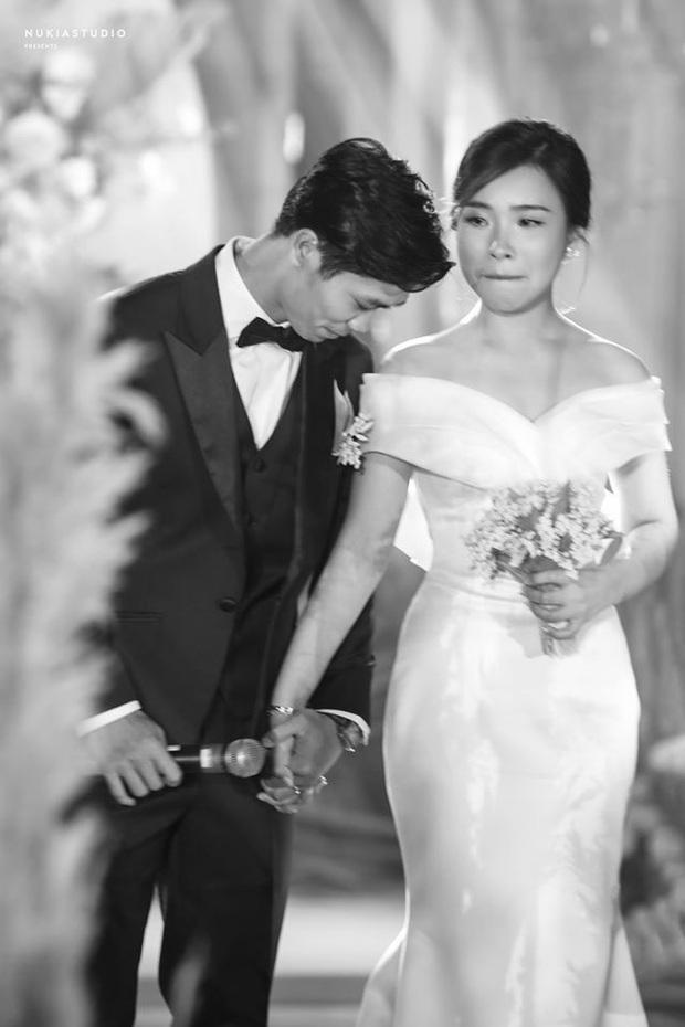 Khoảnh khắc xúc động nhất hôn lễ kín đáo của Công Phượng: Cô dâu - chú rể siết chặt tay, nghẹn ngào trong hạnh phúc! - Ảnh 2.