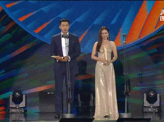 Cameraman tại Baeksang tự soi luôn tá hint của Hyun Bin - Son Ye Jin: Liếc qua liếc lại, sao đáng nghi quá? - Ảnh 8.
