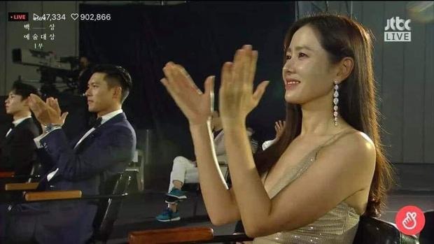 Cameraman tại Baeksang tự soi luôn tá hint của Hyun Bin - Son Ye Jin: Liếc qua liếc lại, sao đáng nghi quá? - Ảnh 2.