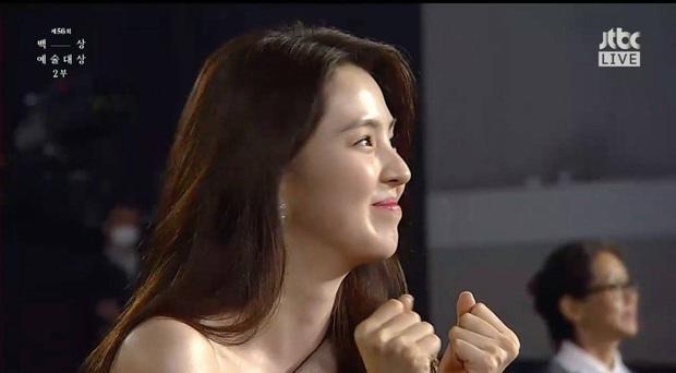 Khoảnh khắc IU rưng rưng, tiểu tam mỹ nhân phấn khích cực độ khi bà cả Kim Hee Ae ẵm giải: fangirl Thế Giới Hôn Nhân chính là đây! - Ảnh 4.