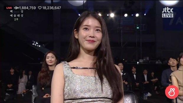 Khoảnh khắc IU rưng rưng, tiểu tam mỹ nhân phấn khích cực độ khi bà cả Kim Hee Ae ẵm giải: fangirl Thế Giới Hôn Nhân chính là đây! - Ảnh 7.