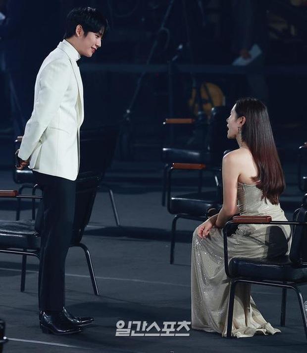 Tưởng tránh Hyun Bin để ra góc riêng với Jung Hae In, ai dè Son Ye Jin vẫn ngó lơ: Chân tình thiếu được nhưng chân mày thì không - Ảnh 2.
