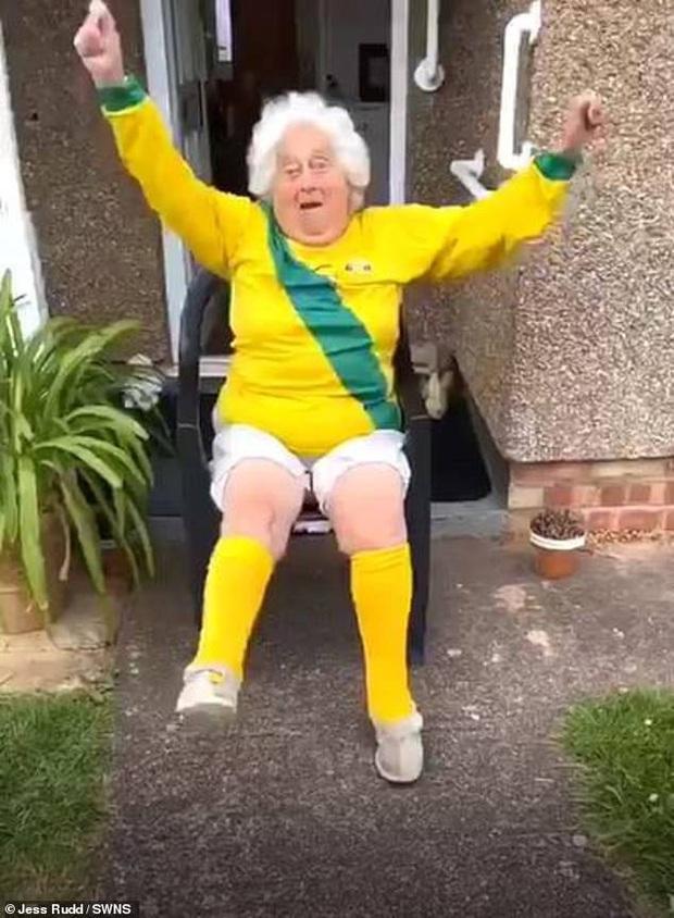 Thể hiện skill chơi bóng thần sầu và nhảy cover siêu đáng yêu, cụ bà 88 tuổi trở thành hiện tượng mạng khiến lớp trẻ cũng phải mê mẩn - Ảnh 1.