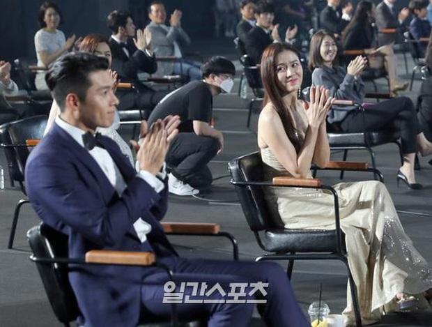Cameraman tại Baeksang tự soi luôn tá hint của Hyun Bin - Son Ye Jin: Liếc qua liếc lại, sao đáng nghi quá? - Ảnh 5.