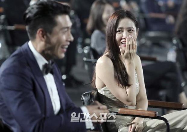 Cameraman tại Baeksang tự soi luôn tá hint của Hyun Bin - Son Ye Jin: Liếc qua liếc lại, sao đáng nghi quá? - Ảnh 6.