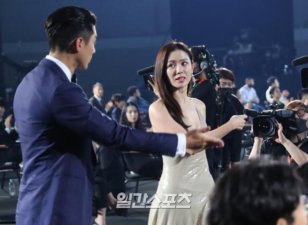Cameraman tại Baeksang tự soi luôn tá hint của Hyun Bin - Son Ye Jin: Liếc qua liếc lại, sao đáng nghi quá? - Ảnh 4.