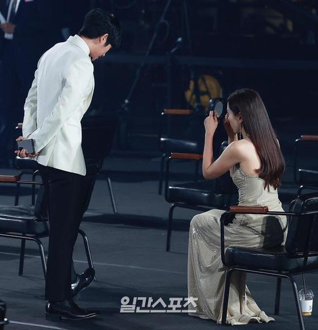 Tưởng tránh Hyun Bin để ra góc riêng với Jung Hae In, ai dè Son Ye Jin vẫn ngó lơ: Chân tình thiếu được nhưng chân mày thì không - Ảnh 3.