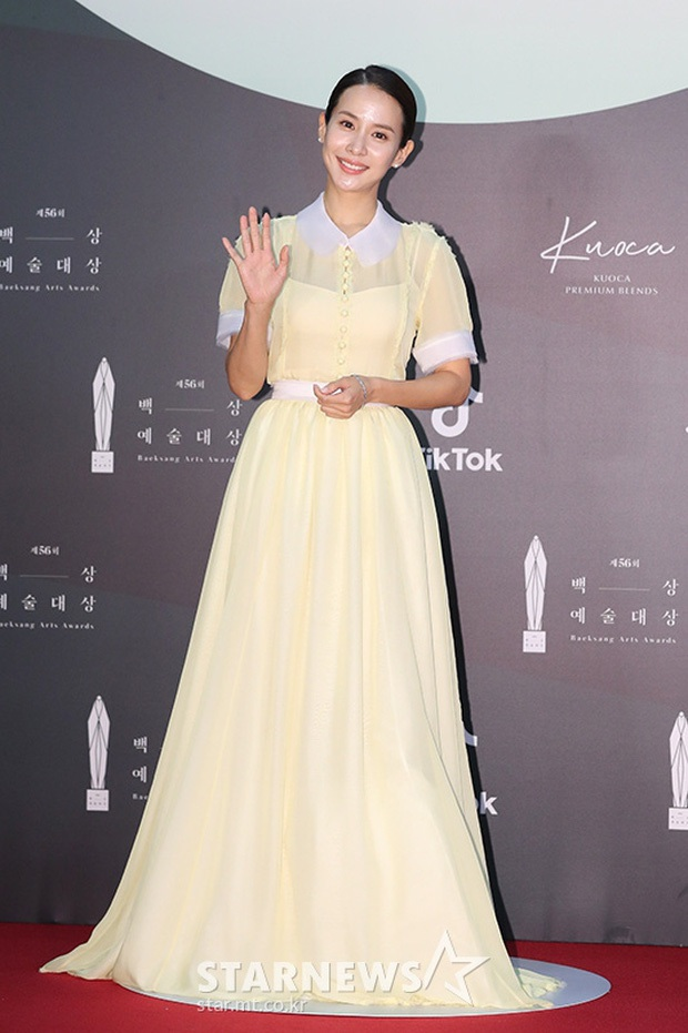 """Bao lần gây sốt với style sang chảnh sexy, nữ hoàng cảnh nóng Ký Sinh Trùng bất ngờ gây thất vọng tràn trề với bộ váy """"chán đời"""" tại Baek Sang 2020 - Ảnh 1."""