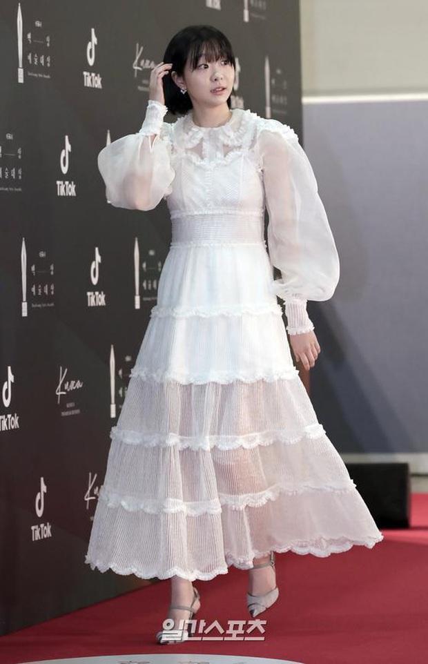 Siêu thảm đỏ Baeksang 2020: Son Ye Jin - Hyun Bin, Park Bo Gum - Suzy thái độ lạ, tiểu tam Thế giới hôn nhân lấn át cả IU, Seohyun - Ảnh 23.