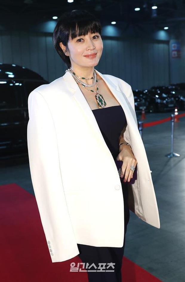 Siêu thảm đỏ Baeksang 2020: Son Ye Jin - Hyun Bin, Park Bo Gum - Suzy thái độ lạ, tiểu tam Thế giới hôn nhân lấn át cả IU, Seohyun - Ảnh 37.