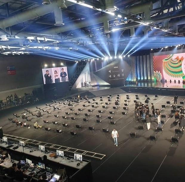 Nhìn dãy ghế của Baeksang 2020 chỉ biết rớt nước mắt: Thế này thì sao Hyun Bin và Son Ye Jin chim chuột đây? - Ảnh 1.