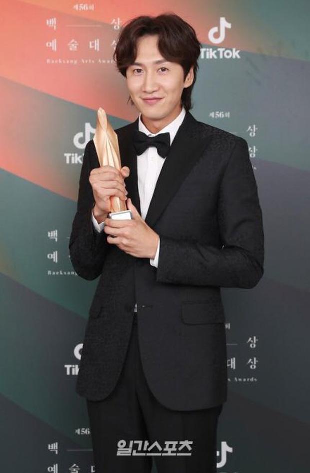 Baeksang 2020 hạng mục điện ảnh: Hươu cao cổ Lee Kwang Soo tạo sóng với giải hot, trùm Parasite giật cúp Daesang - Ảnh 7.