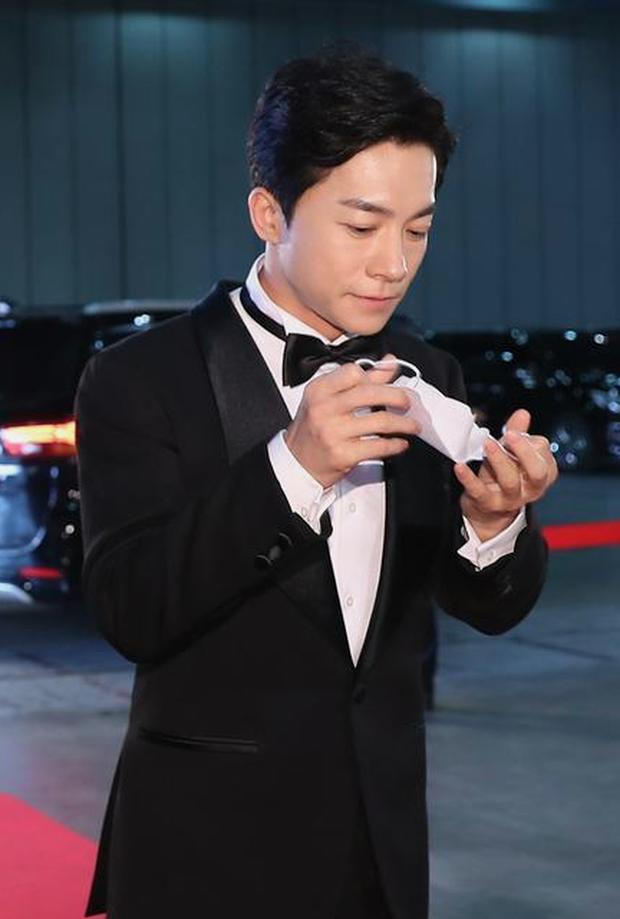 Đi thảm đỏ Baeksang Arts Awards 2020, nghệ sĩ Hàn Quốc diện váy áo lộng lẫy vẫn quyết đeo khẩu trang - Ảnh 2.