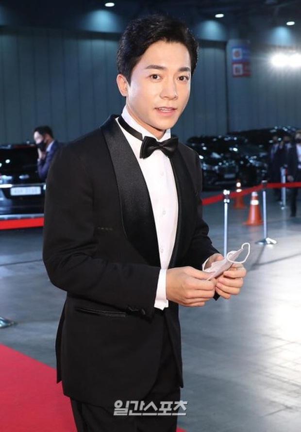 Đi thảm đỏ Baeksang Arts Awards 2020, nghệ sĩ Hàn Quốc diện váy áo lộng lẫy vẫn quyết đeo khẩu trang - Ảnh 3.