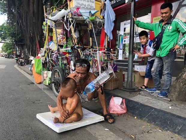 Sức khỏe bé 18 tháng tuổi trần truồng ngồi trên thùng xốp mưu sinh giữa trưa nắng Hà Nội hiện giờ ra sao?  - Ảnh 1.