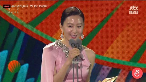 Khoảnh khắc IU rưng rưng, tiểu tam mỹ nhân phấn khích cực độ khi bà cả Kim Hee Ae ẵm giải: fangirl Thế Giới Hôn Nhân chính là đây! - Ảnh 6.