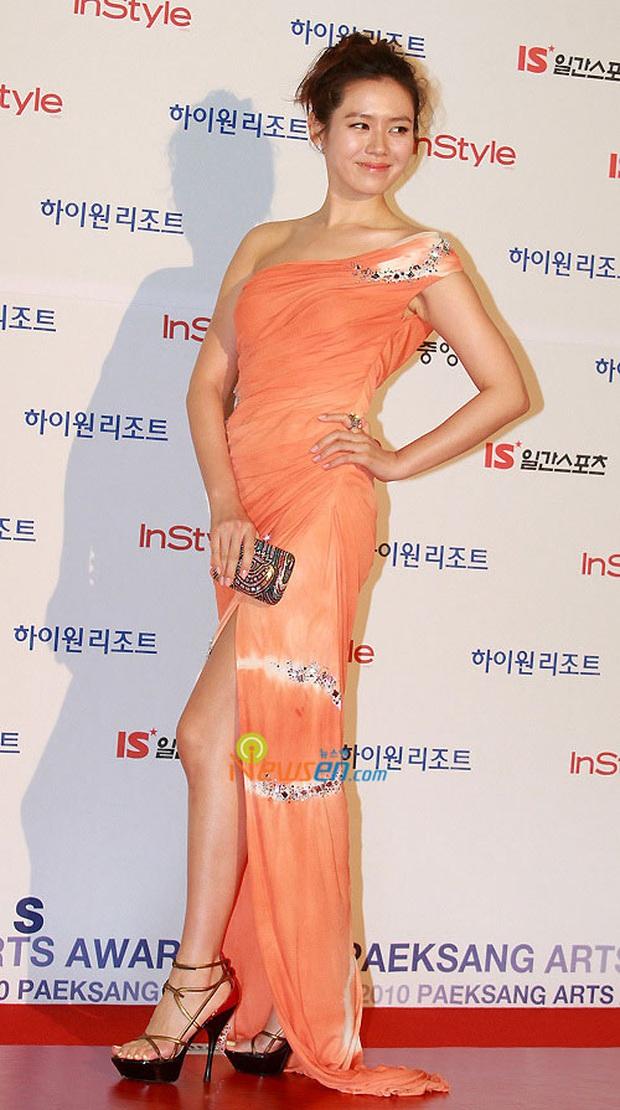 Style của Son Ye Jin trên thảm đỏ Baeksang qua các năm: Ngày càng nhạt màu nhưng độ sang trọng thì tăng theo cấp số nhân - Ảnh 7.